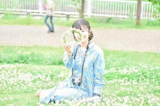 シロツメクサと私の写真・画像素材[3160784]