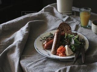 食べ物,テーブル,食器,サラダ,肉,料理,ソーセージ