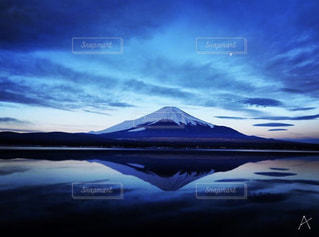 澄んだ自然界にたたずむ富士山の写真・画像素材[3160155]