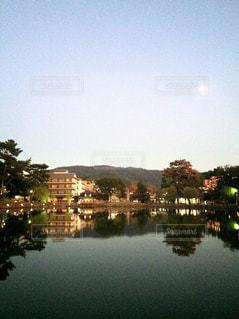 風景,空,公園,建物,夜景,緑,水,夕暮れ,水面,池,夕方,山,木々,樹木,月,奈良,夕闇,猿沢池,日中