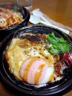 テイクアウトのロコモコ丼の写真・画像素材[3252320]