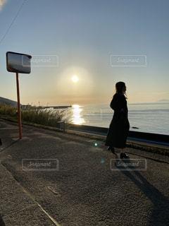 女性,風景,空,屋外,ビーチ,水面,人,#夕日,#電車,#下灘駅