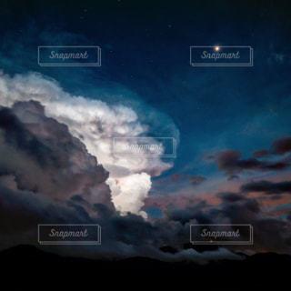 雷雲と星の写真・画像素材[3182336]