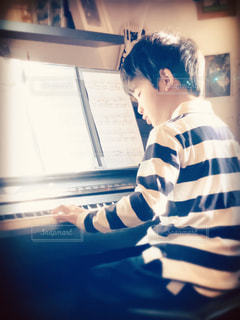 ピアノを弾く少年の写真・画像素材[3199743]