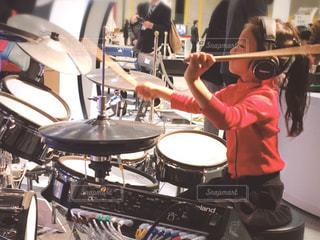 ドラムを叩く少女の写真・画像素材[3201502]