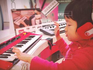 キーボードを弾く子供の写真・画像素材[3201504]