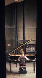 ピアノを弾く少年2の写真・画像素材[3260774]
