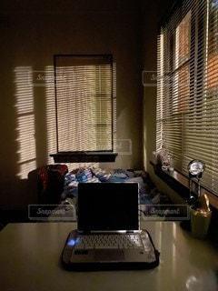 ライトが差し込む暗い部屋の写真・画像素材[3176136]