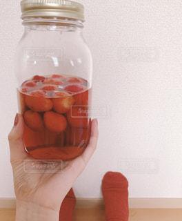 お酒,ネイル,赤,室内,手,瓶,家,いちご,カクテル,ウイスキー,くつした,おうち時間