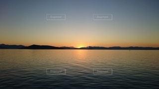 自然,風景,海,空,夕日,屋外,太陽,ビーチ,夕焼け,夕暮れ,水面,海岸,山,夕陽