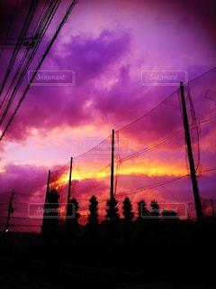 暗闇の中の雲の群の写真・画像素材[3174945]