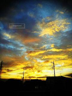 都市に沈む夕日の写真・画像素材[3174944]