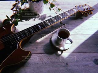 窓辺のギターの写真・画像素材[4417855]