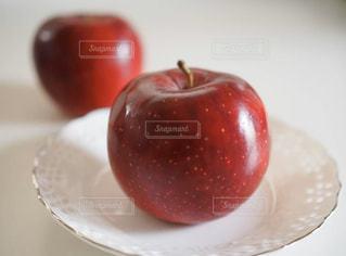 白いお皿の上の真っ赤なりんごの写真・画像素材[3175529]