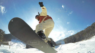 雪のボードに乗りながら空気を通って飛んで男 - No.795144