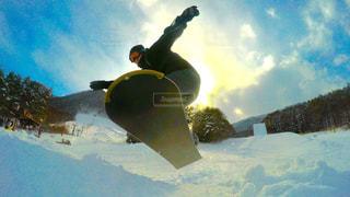 スノーボードに乗っている間空気を通って飛んで男の写真・画像素材[795148]