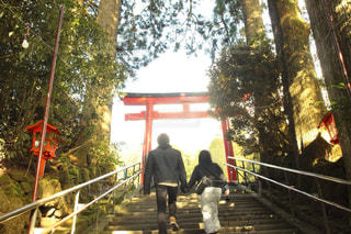 橋の上を歩く人々 のグループの写真・画像素材[993395]