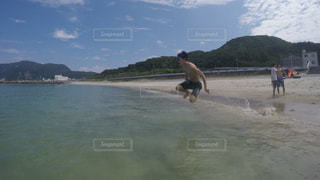 水体で泳ぐ男の写真・画像素材[1027690]