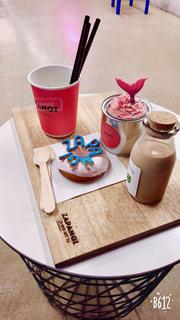 テーブルの上のコーヒー カップの写真・画像素材[1039821]