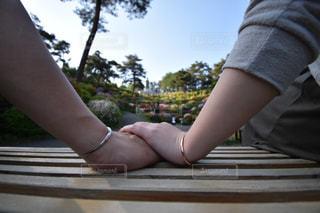 ベンチに座っている人の写真・画像素材[1157450]