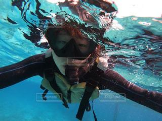 水のプールで泳ぐ人の写真・画像素材[2336780]