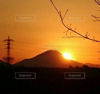 自然,風景,空,富士山,森林,夜空,屋外,太陽,赤,夕暮れ,山,シルエット,オレンジ,樹木,祈り,冬山,沈む,まぶしい,師走,願う,来年