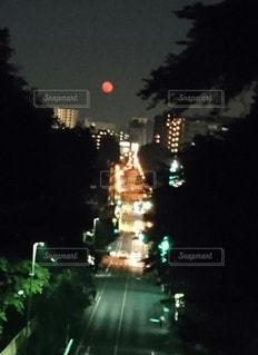 都会の夜空に真っ赤な月。の写真・画像素材[3194987]
