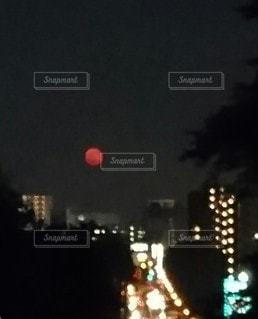 夜空に 真っ赤な月。の写真・画像素材[3194988]