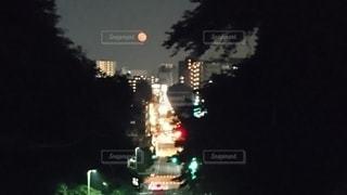 夜の都市に赤い月の写真・画像素材[3374174]