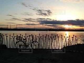 夕焼けとママチャリの写真・画像素材[3392381]