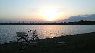 荒川とママチャリと夕陽の写真・画像素材[3392382]