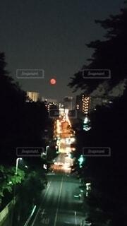 自然,風景,空,夜,屋外,赤,暗い,樹木,月,笑顔,満月,明るい,まんまる,交通,真っ赤,赤い月,珍,赤月,低い位置,ネオンと1体,夜景の中