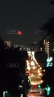 自然,風景,空,夜,屋外,赤,暗い,月,笑顔,満月,明るい,まんまる,交通,真っ赤,赤い月,珍,赤月,低い位置,ネオンと1体,夜景の中