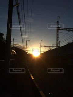 空,太陽,哀愁,夕焼け,夕暮れ,線路,電線,サンセット,ライン,高架線,ゴールデンタイム