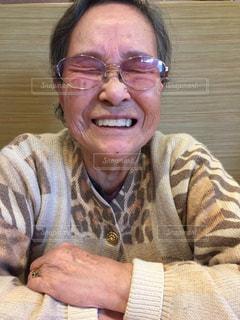 カメラに微笑んで男の写真・画像素材[858960]