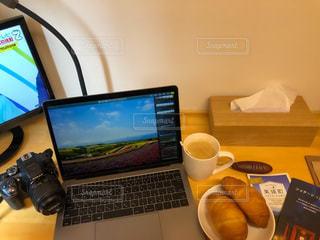 テーブルの上に座っているラップトップコンピュータの写真・画像素材[3315901]