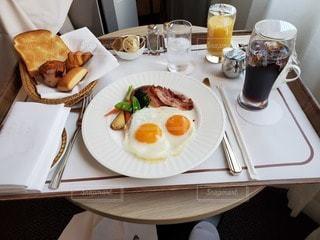 食べ物,コーヒー,食事,朝食,屋内,フォーク,テーブル,スプーン,皿,食器,レストラン,卵,料理