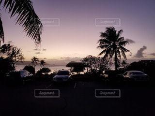 海に飲み込まれる太陽の写真・画像素材[3187989]