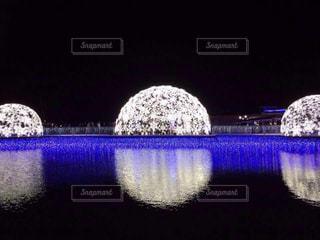 反射するイルミネーションの写真・画像素材[3198743]