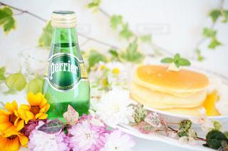 テーブルの上の花の花瓶の写真・画像素材[903910]