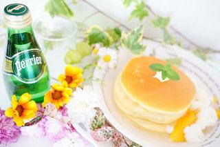 料理とテーブルの上の瓶のプレートの写真・画像素材[903947]
