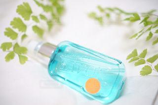 テーブルにプラスチック製のウォーター ボトルの写真・画像素材[1171130]