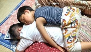 遊び疲れてお昼寝のおじいちゃんと孫の写真・画像素材[3191703]