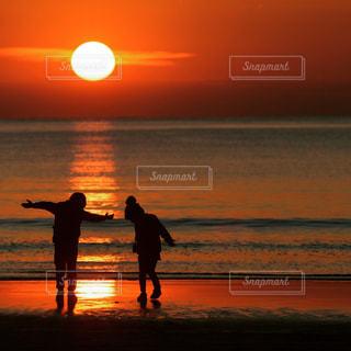 夕暮れの海岸と子どもたちの写真・画像素材[3187653]
