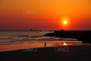 九十九里の海岸に立つ少女の写真・画像素材[3187655]
