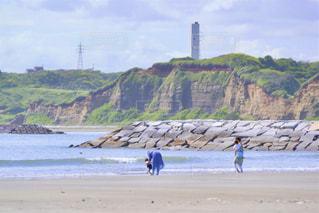 休日を海岸で過ごす家族の写真・画像素材[3249974]