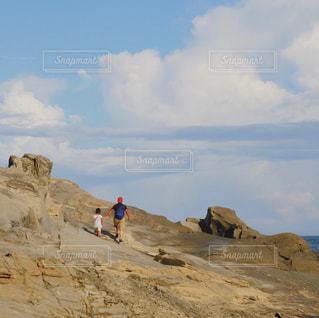 犬吠埼の岩山を散歩する親子の写真・画像素材[3273757]
