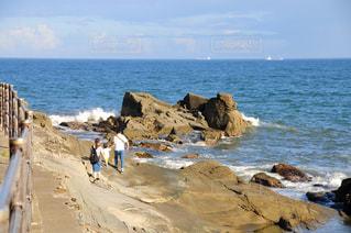 犬吠埼の海岸を散歩する家族の写真・画像素材[3275521]