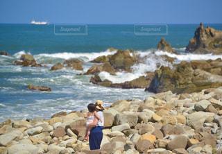 晴れた日の海岸で過ごす家族の写真・画像素材[3287346]