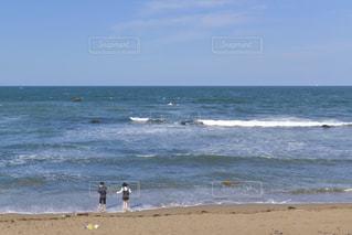 晴れた日の海岸で過ごすカップルの写真・画像素材[3298393]